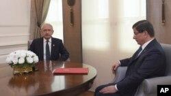Thủ tướng Thổ Nhĩ Kỳ Ahmet Davutoglu gặp lãnh tụ đảng đối lập chính Kemal Kilicdarogl tại Ankara, ngày 11/10/2015.