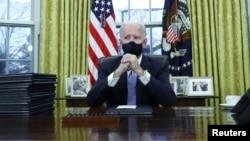 Presidenti Biden ndërsa bëhet gati të firmosë urdhërat e shumtë ekzekutivë