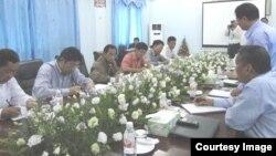 အစိုးရၿငိမ္းခ်မ္းေရးအဖဲြ႔နဲ KIO တာ၀န္ရွိသူမ်ား ဇြန္လ ၂၀ ရက္ေန႔တုန္းက ေတြ႔ဆံုစဥ္ .(Kachin News Group)