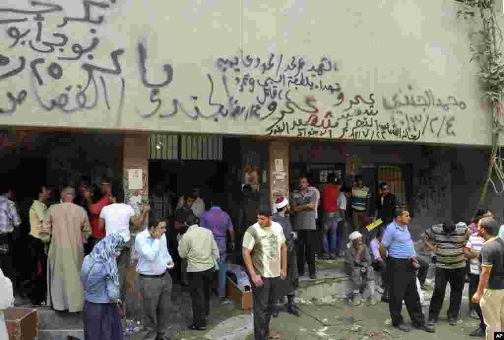 People gather at the Zenhoum morgue to identify loved ones and retrieve their bodies for burial following the deaths of hundreds of people in violence over the last week, in Cairo, August 19, 2013.