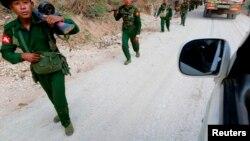 17일 미얀마 라우카이 지역에서 정부군이 병사들이 걸어가고 있다.