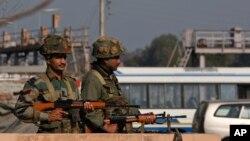 Індійські солдати займають позиції у районі бази ВПС у Патханкоті