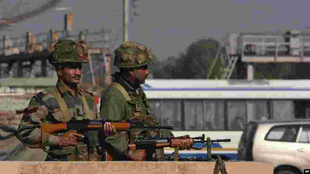 سکیورٹی فورسز کے اہلکاروں سے فائرنگ کے تبادلے میں تمام حملہ آور مارے گئے۔