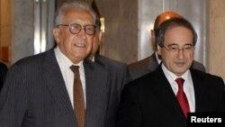 Đặc sứ hòa bình Liên hiệp quốc Lakhdar Brahimi (trái) và Phó Bộ Trưởng Ngoại giao Syria Faisal Mekdad