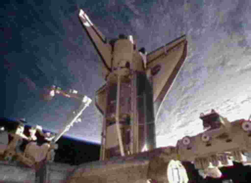 El transbordador Discovery se acopla a adaptador de acoplamiento presurizado del nodo de la Estación Espacial Internacional.