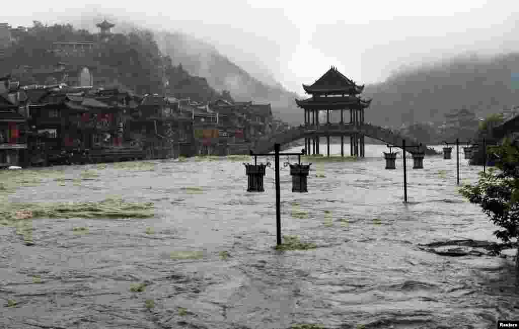 Jalanan di kota kuno Fenghuang di Hunan, China dilanda banjir.