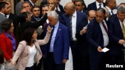 جلسه پارلمان ترکیه پر تنش بود. اعضای حزب دموکراتیک خلقها می گویند هدف حزب دولت اردوغان اخراج حامیان کردها از مجلس است.