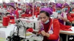 資料照:柬埔寨制衣工廠的女工在工作。(2017年8月30日)