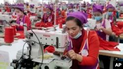 资料照:柬埔寨制衣工厂的女工在工作。(2017年8月30日)