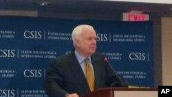 Thượng Nghị sĩ John McCain phát biểu tại cuộc hội thảo của Viện Nghiên cứu các vấn đề chiến lược và quốc tế (CSIS) ở Washington, ngày 14/5/2012