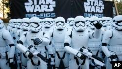Hơn 100 nhân vật hành động Stormtrooper tại buổi ra mắt phim Star Wars; The Force Awakens ở Glendale, California.