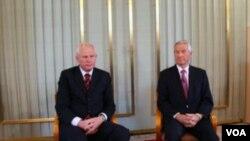 诺贝尔委员会主席雅格兰(右)在记者会上(美国之音王南拍摄)