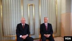 诺委会主席亚格兰(右)和诺委会秘书伦德斯塔在记者会上(美国之音王南拍摄)