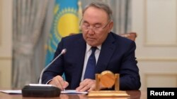 President Kazakhstan Nursultan Nazarbayev menulis pesan saat akan mengumumkan pengunduran dirinya melalui pidato nasional yang ditayangkan melalui televisi di Astana, Kazakhstan, 19 Maret 2019.