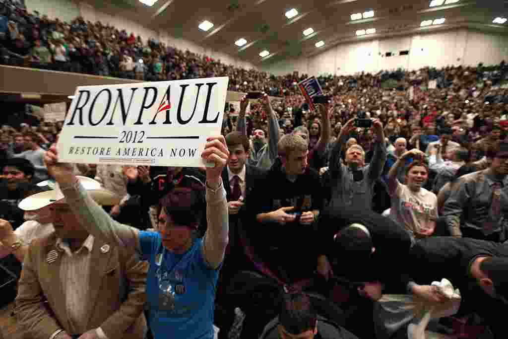 Partidarios de Ron Paul, cellebran la presencia del candidato en la Universidad Estatal de Michigan, en East Lansing.