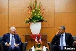លោក Najib Razak នាយរដ្ឋមន្ត្រីម៉ាឡេស៊ី (ឆ្វេង) ពិភាក្សាជាមួយលោកប្រធានាធិបតី បារ៉ាក់ អូបាម៉ា កាលពីថ្ងៃទី២០ ខែវិច្ឆិកា ឆ្នាំ២០១៥ នៅក្រោយកិច្ចប្រជុំទ្វេភាគីរវាងប្រទេសទាំងពីរ និងនៅមុនការចាប់ផ្តើមនៃកិច្ចប្រជុំកំពូលអាស៊ាននៅទីក្រុងគូឡាឡាំពួ។