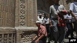 Tín đồ Hồi giáo rời khỏi đền thờ sau buổi cầu nguyện buổi trưa ở Kashgar