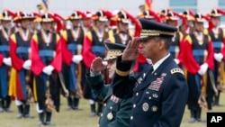 南韓2016年5月為新任駐南韓美軍司令布魯克斯(右)舉行歡迎儀式。(美聯社)