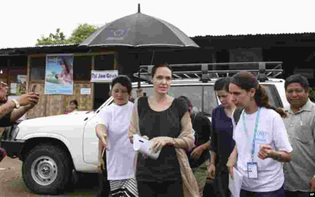 Angelina Jolie ကခ်င္ျပည္နယ္ ျမစ္ႀကီးနားၿမိဳ႕က Jam Mai Kaung ဒုကၡသည္စခန္းကို ဒီကေန႔ သြားေရာက္။