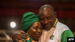 Nkosazana Dlamini-Zuma, à gauche, candidate malheureuse à la course à la présidentielle du Congrès national africain (ANC), félicite le vainqueur, Cyril Ramaphosa, à droite (devenu le nouveau président sud-africain), ici, lors de la 54ème conférence du pa