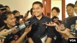 Juru bicara Tim Pemenangan Anies Baswedan dan Sandiaga Uno, Naufal Firman Yusak di rumah Posko Pemenangan Jalan Tirtayasa II Kebayoran Baru Jakarta Selatan, Rabu 11 Oktober 2017. (Foto: VOA/Andylala)