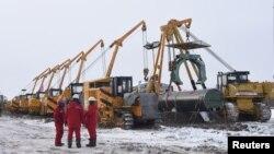 中石油集团的工人在黑龙江黑河建造连接中国和俄罗斯的天然气管道。(2018年1月25日)