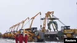 中石油集團的工人在黑龍江黑河建造連接中國和俄羅斯的天然氣管道。(2018年1月25日)