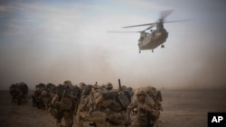 Anggota pasukan Inggris dalam sebuah operasi di provinsi Helmand, Afghanistan (foto: dok). Seorang tentara Inggris tewas saat melakukan penyelamatan polisi Afghanistan yang diculik pemberontak.