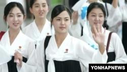 지난 2005년 9월 동아시아육상선수권대회 응원단으로 한국을 방문했던 것으로 알려진 북한 김정은 제1위원장의 부인 리설주(가운데)가 인천공항으로 출국하며 손을 흔들고 있다.