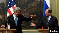 AQSh Davlat kotibi Jon Kerri (chapda) Rossiya Tashqi ishlar vaziri Sergey Lavrov bilan, Moskva, 7-may, 2013-yil.