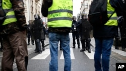 """¡Macron, vamos a derribar tu lugar!"", se leía en una pancarta en la capital francesa."