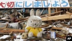 日本地震灾区一处受到损毁的民宅的瓦砾
