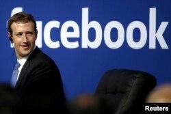 지난 2015년 마크 저커버그 페이스북 최고경영자가 캘리포니아 맨로파크에 소재한 페이스북 본사 내 연단에 올라서 있다. (자료사진)