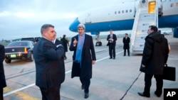 존 케리 미국 국무장관(가운데)이 19일 프랑스 파리를 방문했다.