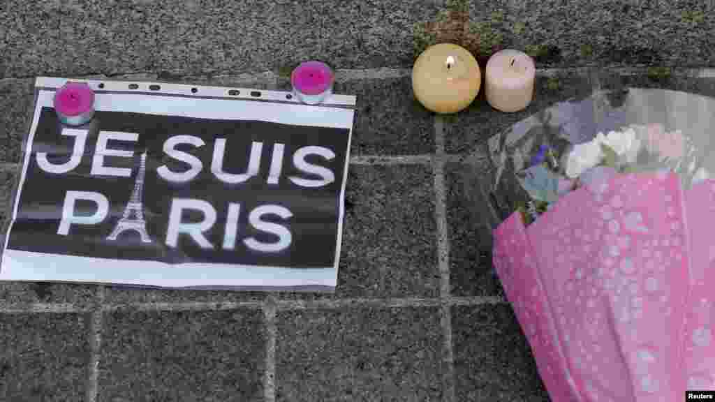 """شعار """"من پاریس هستم"""" در کنار شمع و گل به نشان همدردی با قربانیان حملات تروریستی پاریس -14 نوامبر- استراسبورگ"""