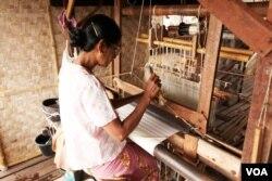 Người phụ nữ Myanmar đang dệt lụa sen. [nguồn: tư liệu Dương Văn Ni]