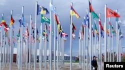 Des drapeaux de différents pays sont installés près des bâtiments où aura lieu la COP22 à Marrakech, Maroc, le 6 novembre 2016.