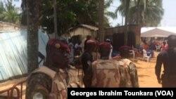 La sécurité est renforcée pour la cérémonie commémorative à Grand Bassam, le 13 mars 2017. (VOA/Georges Ibrahim Tounkara)