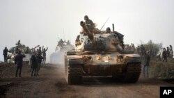 22일 터키 군 탱크가 하타이주 하사에서 시리아 북부 쿠르드족 진영으로 진군하고 있다.