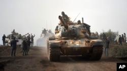 Entrée de chars turcs dans l'enclave d'Afrin, nord de la Syrie, le 22 janvier 2018.