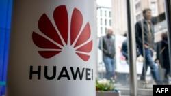 Stand perusahaan Huawei pada pameran produk telekomunikasi di London, 29 April 2019 lalu.