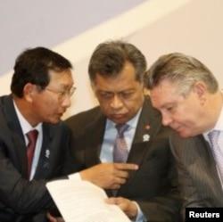 ຮອງນາຍົກລັດຖະມົນຕີແລະລັດຖະມົນຕີການຄ້າກໍາປູ ເຈຍ ທ່ານ Cham Prasidh (ຊ້າຍ) ລົມກັບຫົວໜ້າ ຝ່າຍການຄ້າຂອງ EU ທ່ານ Karel De Gucht (ກາງ), ຂະນະທີ່ເລຂາທິການໃຫຍ່ ASEAN ທ່ານ Surin Pitsuwan ຮ່ວມຟັງນໍາ ໃນກອງປະຊຸມສຸດ ຍອດທຸລະກິດ ASEAN-EU ຄັ້ງທີສອງ ຢູ່ນະຄອນ ຫລວງພະນົມເປັນ