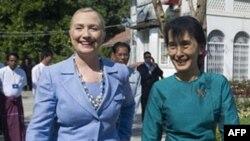 Держсекретар США Гілларі Клінтон і лідер демократичної опозиції в Бірмі Аунг Сан Су Чжі
