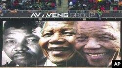 ការបញ្ចាំងរូបលោក Nelson Mandela នៅក្នុងពិធីបុណ្យសពលោកម៉ាន់ឌែលឡាកាលពីថ្ងៃអង្គារទី១០ ធ្នូ នៅប្រទេសអាហ្វ្រិកខាងត្បូង។