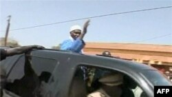 Đoàn xe của Tổng Thống Wade đã bị người biểu tình ném đá trong hành trình dài 70 km đi từ thủ đô Senegal tới Thies
