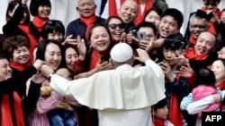 天主教教宗方濟各2018年4月18日在梵蒂岡的聖伯多祿廣場上從事每周一次的接見信眾時,向來自中國的忠實信徒致意。