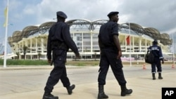 Angolan policemen patrol outside of Chiazi stadium in Cabinda, 11 Jan 2010