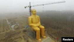 지난 4일 중국 허난성 논밭 한가운데에 마오쩌둥 동상이 설치되어 있다.
