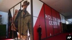 """Pameran """"Hollywood Costume"""" menampilkan kostum-kostum yang dikenakan dalam film-film oleh Charlie Chaplin, Marlene Dietrich, Bette Davis, Elizabeth Taylor, superhero dan lainnya di Los Angeles."""