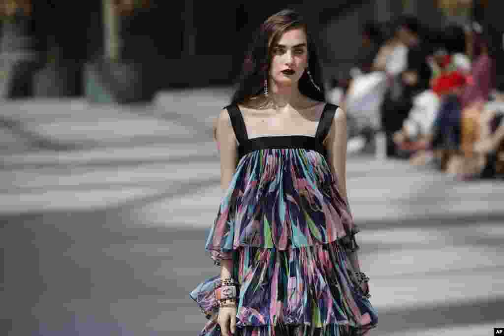 برند شانل در نمایش کروز امسال خود برای مجموعه لباسهای ۲۰۱۹/۲۰۲۰، در سالن «گراند پالاس» یا کاخ بزرگ در شانزهلیزه پاریس نمایش داشت.